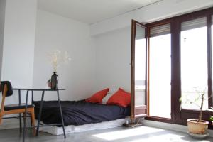 A bed or beds in a room at Welkeys - Buzenval Apartment