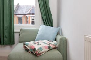 A bed or beds in a room at 2 Bedroom flat in South London sleeps 4