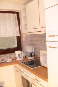 A kitchen or kitchenette at Ihre Wohnung im Grünen