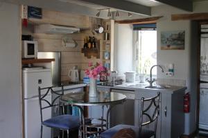 A kitchen or kitchenette at Sky Cottage
