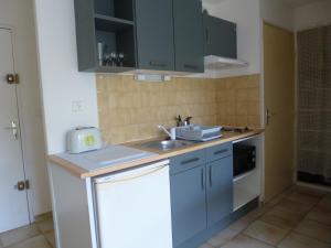 A kitchen or kitchenette at centre ville