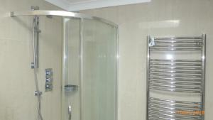 A bathroom at Modern Apartment Finchley Central