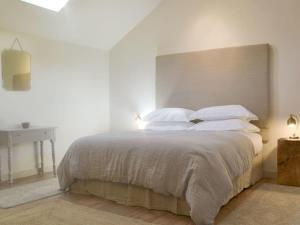 A bed or beds in a room at The Heft @ High House Farm