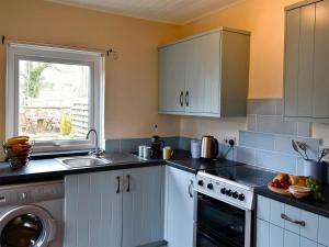 A kitchen or kitchenette at Church Cottage