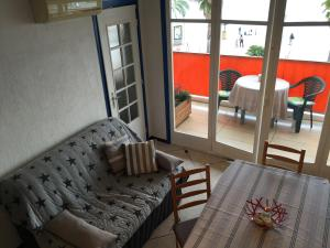 A seating area at Appartement cosy et agreable
