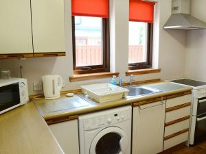 A kitchen or kitchenette at Acorn Cottage