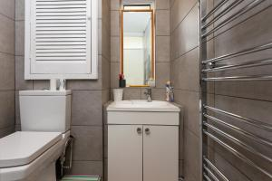 A bathroom at 3 Bedroom Apartment in St John's Wood