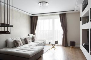 A seating area at Skyline Penthouse Budapest by AHG
