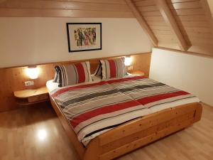 A bed or beds in a room at Ranner's Ferienwohnung