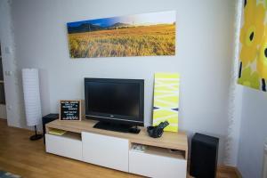 Телевизор и/или развлекательный центр в Goldenfields apartment