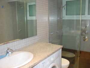 A bathroom at Apartamentos Rodamar