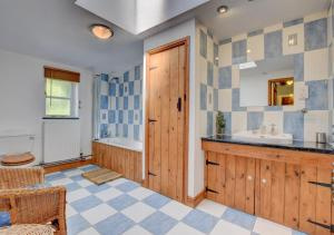 A kitchen or kitchenette at Ty Mawddwy