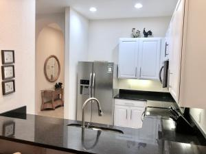 A cozinha ou kitchenette de Bahama Bay upgraded 3 Bedroom Villa Deluxe
