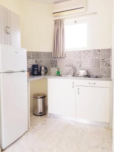 A kitchen or kitchenette at Villa Life