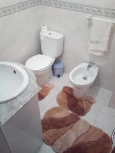 A bathroom at Apartamento Junto A Praia