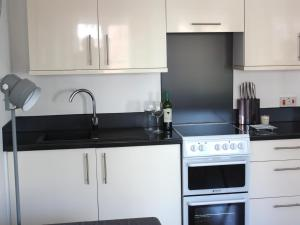A kitchen or kitchenette at Sea Breeze