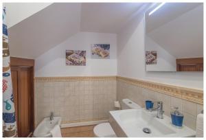 A bathroom at La Casita del Centro