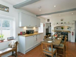 A kitchen or kitchenette at Falconer's Lodge