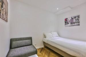 A bed or beds in a room at CMG Montorgueil/ Grands Boulevards