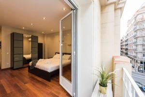 A bed or beds in a room at ELEGANT RETREAT | GRAN VIA - FAST WIFI