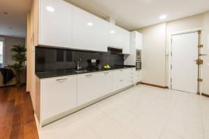 A kitchen or kitchenette at ELEGANT RETREAT | GRAN VIA - FAST WIFI