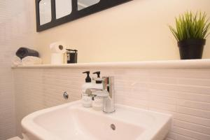 A bathroom at The Plaza Apartments (Great Location + Free Car Parking Near Glasgow City Centre)