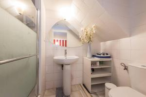 A bathroom at 1.-LATE CHECK IN, PARKING, WIFI WELCOME FOR FREE!