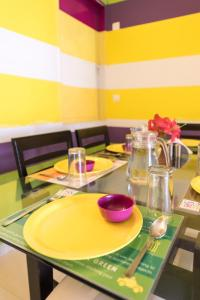 A restaurant or other place to eat at Furchestor ( 2 Bedroom ) apartment