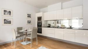 A kitchen or kitchenette at South Molton by Lime Street