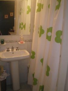 A bathroom at Los Lapachos