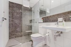 A bathroom at Stunning Waterview Two Bedrooms Apartment