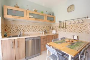 A kitchen or kitchenette at Beautiful family apartment in Sevilla