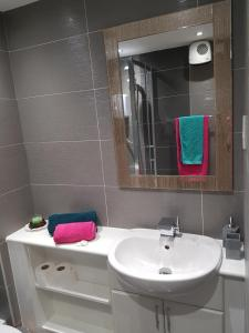 A bathroom at Glasgow's City Centre Refined 3 bedroom apartment