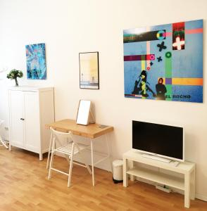 A television and/or entertainment center at Downtown Apartment Berlin Friedrichshain