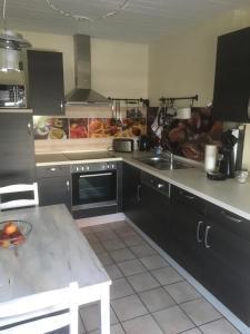 A kitchen or kitchenette at Kleine Auszeit