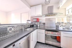 Cuisine ou kitchenette dans l'établissement Le Bellesane (Sleepngo)