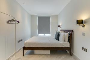 A bed or beds in a room at 1 Bed Flat, 2 Minutes from Station