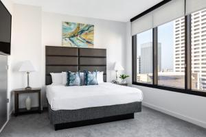 A bed or beds in a room at Stay Alfred at Lilli Midtown