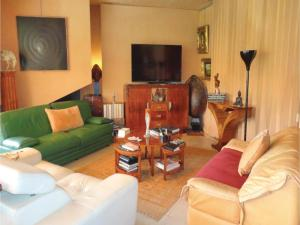 Coin salon dans l'établissement Three-Bedroom Holiday Home in Beziers