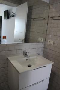 A bathroom at Apartamentos Tinerfe Garden