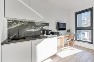 A kitchen or kitchenette at Little Home - Browar Gdański