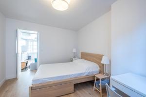 Un ou plusieurs lits dans un hébergement de l'établissement New! Nice 2 rooms flat in the centre of the city