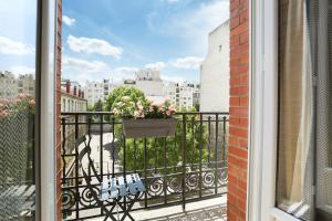 A balcony or terrace at Eiffel Village Apartments Paris