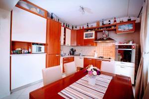 A kitchen or kitchenette at Apartman Della