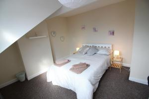 A bed or beds in a room at 2 Bed House in Leeds