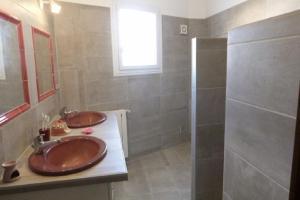 A bathroom at Maison Provençale : 239 Route de Pernes