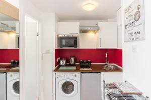 A kitchen or kitchenette at modern,lovely studio flat in Chelsea and South Kensigton