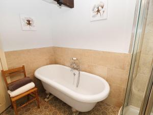 A bathroom at Shirehorse Cottage, Umberleigh