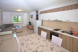 Kuhinja ili čajna kuhinja u objektu Apartments Maslina II