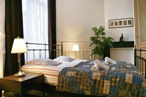 A bed or beds in a room at ApartmentsApart